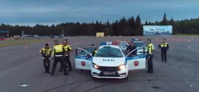 Rus askerler Lada Vesta ile ters drift yaparken takla attı (Video)
