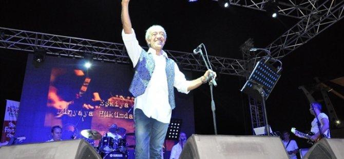 Edip Akbayram Güzelyurt Portakal Festivali'nde sahne aldı