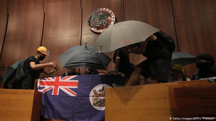 Çin'den İngiltere'ye: Hong Kong'dan elinizi çekin