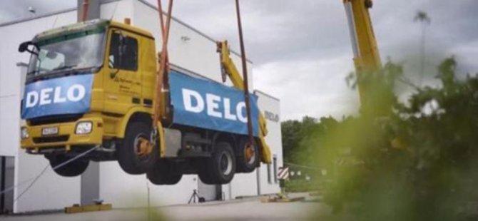 Dünyanın en güçlü yapıştırıcısı: 17.2 tonluk kamyonu havada tuttu