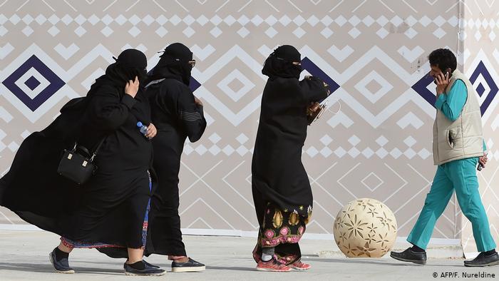 Suudi kadınlara erkek onayı olmadan seyahat hakkı
