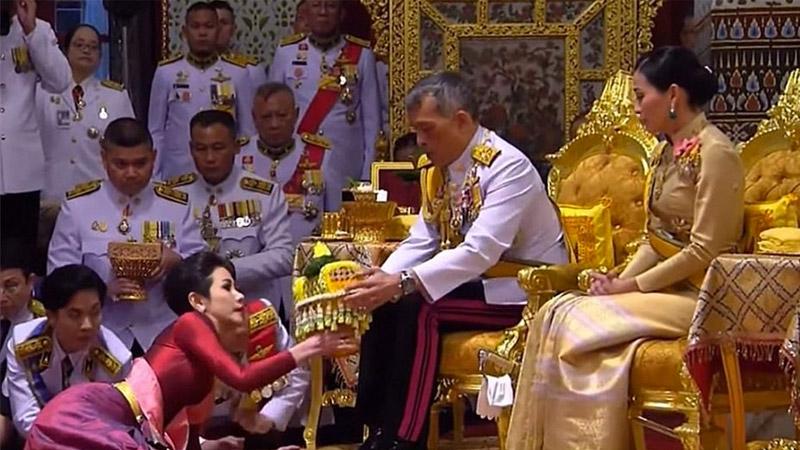 Tayland Kralı Maha, resmi 'metres'ini ilan etti