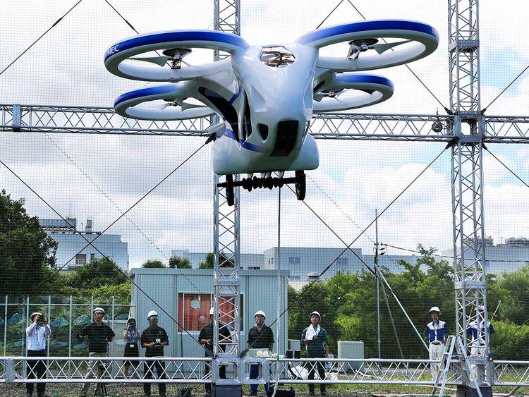 Japonya'da geliştirilen uçan otomobilin prototipi ile deneme uçuşu yapıldı.