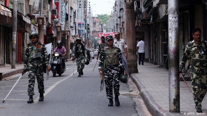 Keşmir'de yüzden fazla gözaltı
