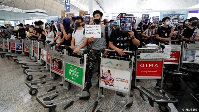 Hong Kong havalimanında uçuşlara yine protesto engeli