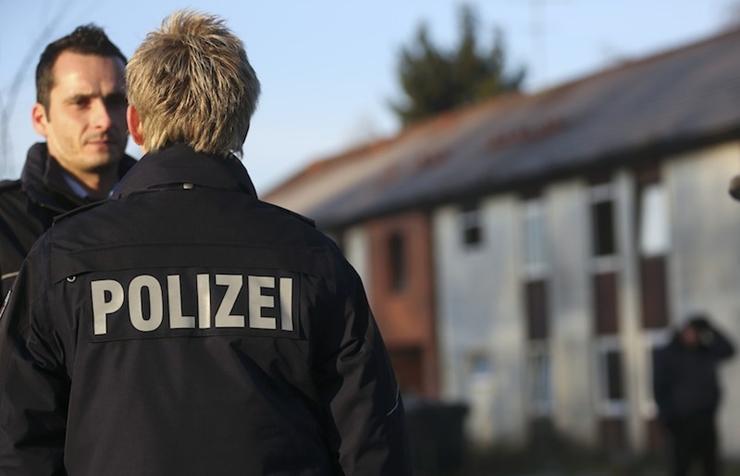 Almanya'da kadın polis kılığında aylarca 'görev yapan' adam yakalandı