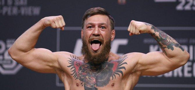 Ünlü dövüşçü McGregor, verdiği içkiyi reddeden yaşlı adamı yumrukladı