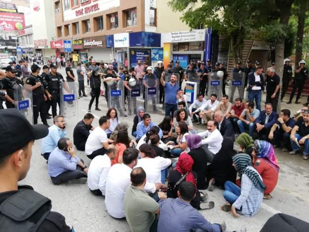 Van'da açıklama yapmasına izin verilmeyen milletvekilleri oturma eylemi başlattı