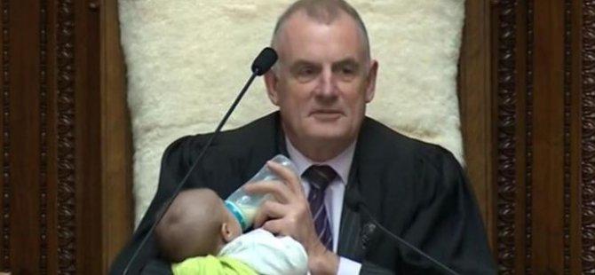 Yeni Zelanda Meclis Başkanı, kürsüsünde bebeğe biberonla süt verdi