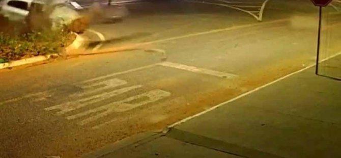 Kontrolden çıkan araç, refüjdeki büyük kayaya çarptı: 2 ölü (Video)