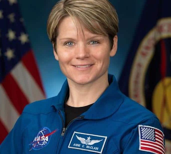 Astronot uzaydan eşinin banka hesaplarına girmekle suçlanıyor