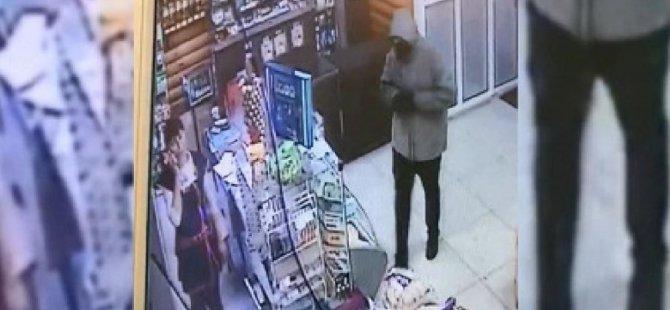 Silahla girdiği markette kasiyerin telefon konuşmasını bölmeye cesaret edemedi: Rusya'da polis 'utangaç hırsızı' arıyor