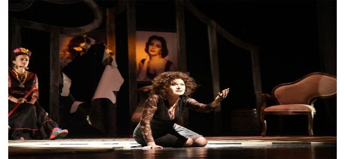 """Kıbrıs Tiyatro Festivali'nde """"Dali'nin Kadınları"""" oyunu izleyiciyle buluştu"""