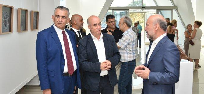 """Hüseyin Özçelik'in """"İzler"""" adlı sergisi Çavuşoğlu tarafından açıldı"""