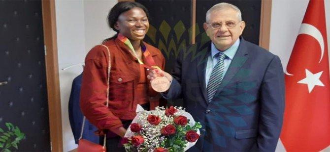 Olimpik atlet Ese Brume DAÜ Rektörü'nü ziyaret etti