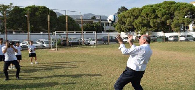 Başbakan Tatar, çocuklarla futbol oynadı
