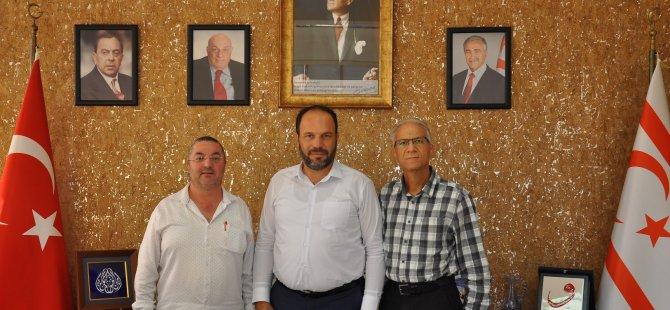 Çakmak ile Dirençay kitaplarını İskele Belediye Başkanı Sadıkoğlu'na takdim etti