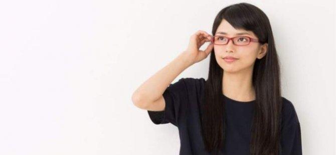 Japonya'da 'kadın çalışanlara gözlük yasağı' tartışma yarattı