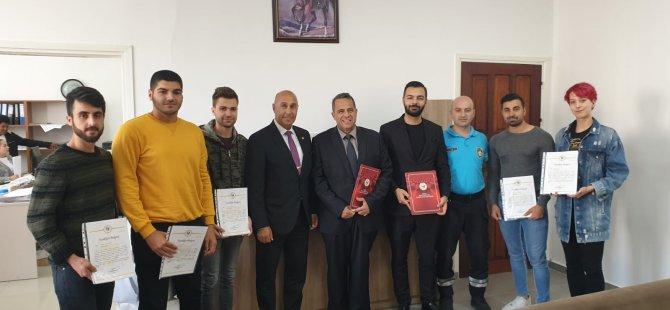 Sivil Savunma Özel Tatbikatı'na katilan Yakın Doğu Üniversitesi Arama Kurtarma Kulübü (AKUT) üyesi öğrencilerine teşekkür belgesi verildi