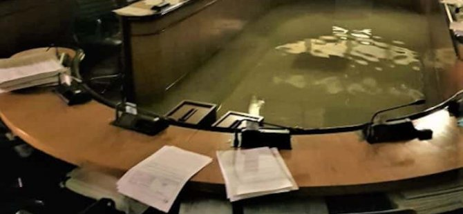 Parlamento iklim değişikliği önergesini reddettikten iki dakika sonra sular içinde kadı