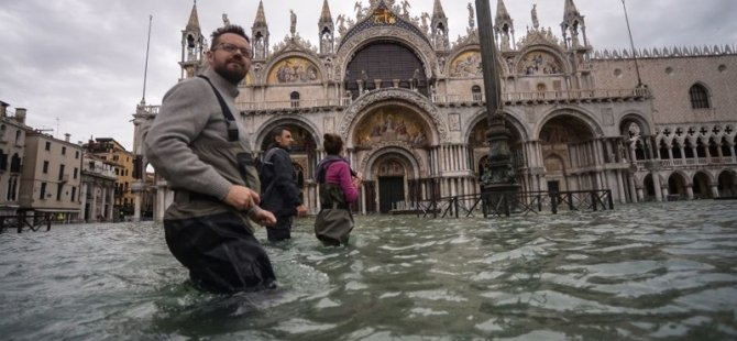 Venedik'te su seviyesi yeniden yükseldi, San Marco Meydanı kapatıldı
