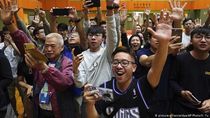 Hong Kong'da seçimleri demokrasi yanlıları kazandı