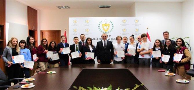 Bakan Çavuşoğlu, IGCSE – GCSE ve A-Level sınavlarında dereceye giren öğrencileri kabul etti