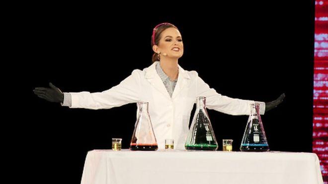 Sahnede hidrojen peroksidin ayrışması deneyi yapan biyokimyager ABD güzeli seçildi