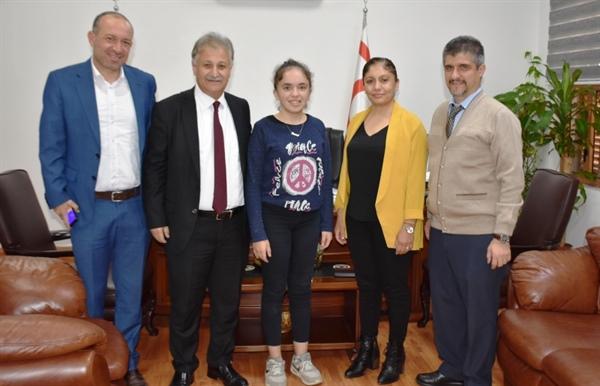 Pilli, Lefkoşa Dr. Burhan Nalbantoğlu Devlet Hastanesi Ortopedi ve Travmatoloji Bölümünde skolyoz ameliyatı olan 14 yaşındaki Nevre Kırıkkaleli'yi kabul etti