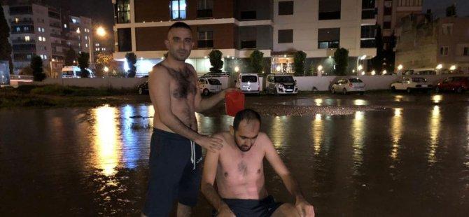 Su kesintisine dikkati çekmek için yağmur suyuyla sokakta yıkandılar