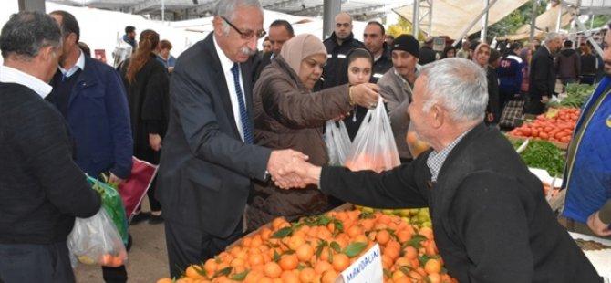 Girne Belediye Başkanı Güngördü, Çarşamba Pazarı esnafı ile vatandaşların yeni yılını kutladı