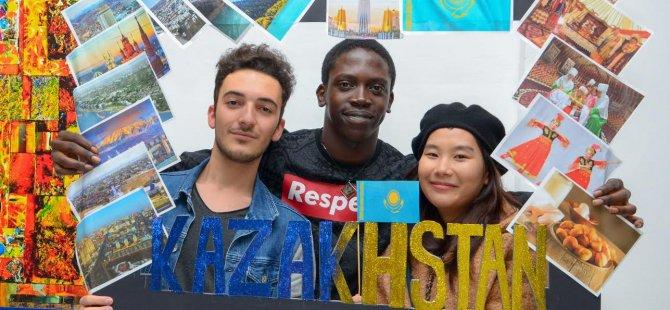 Kazak öğrenciler ulusal günlerini çoşku ile kutladılar