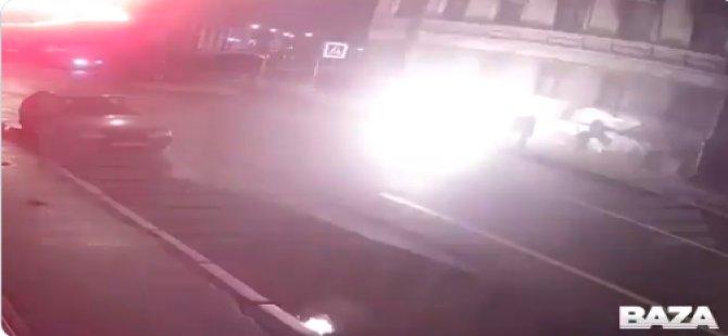 Yolda kedisiyle yürüyen kadının üzerine çatıdan alev almış adam düştü (Video)