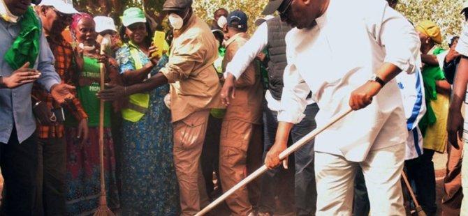 Senegal Cumhurbaşkanı elinde süpürgesiyle sokak temizledi