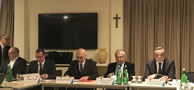 """""""Dünya Ölçeğinde Doğu Akdeniz ve Suriye'nin Geleceği"""" konusu Yakın Doğu Üniversitesi ile Kondrad Adeneauer Vakfı tarafından İtalya'da tartışıldı"""