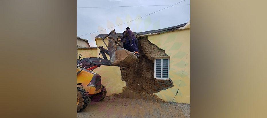 Fırtına nedeniyle İskele'de bir evin duvarı çöktü