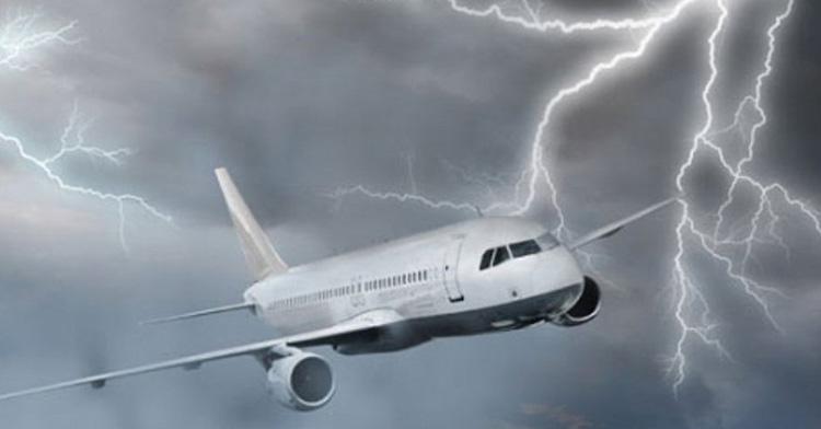 Baf Havaalanı'na inişe geçen uçağa yıldırım çarptı