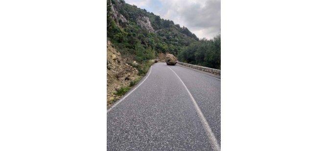 Kaya düştü, yol kapatıldı
