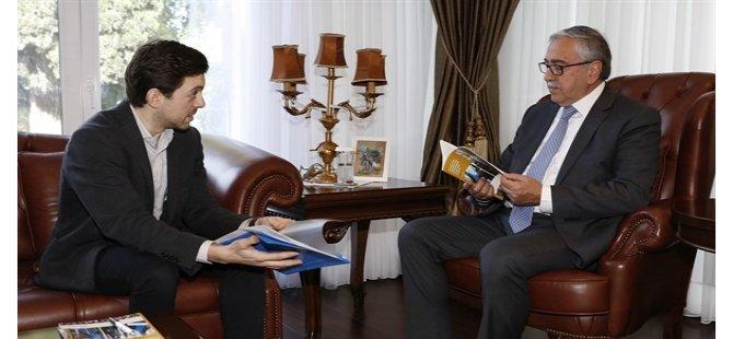 Akademisyen Ersözer, kitabını Cumhurbaşkanı Akıncı'ya takdim etti