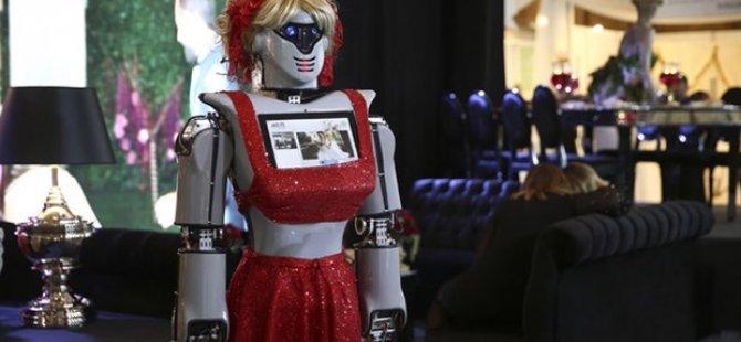 Konya'da üretilen Robotlar, kına gecelerinde türkü söyleyip tepsi taşıyacaklar