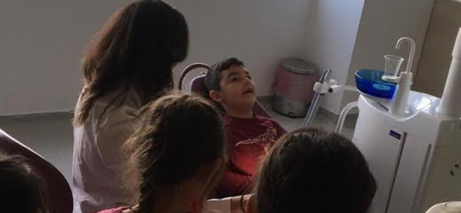 """""""Dişlerimi Tanıyorum, Ağız Sağlığıma Özen Gösteriyorum""""… Özay Günsel Çocuk Üniversitesi Öğrencileri Ağız Ve Diş Anatomisini Uygulamalı Olarak Öğrendi."""