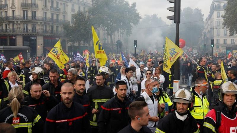 Paris'te polis ve itfaiyeciler çatıştı