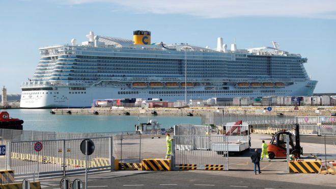 İtalya'da limanda virüs şüphesi: 6 bine yakın yolcunun gemiden inmesine izin verilmiyor