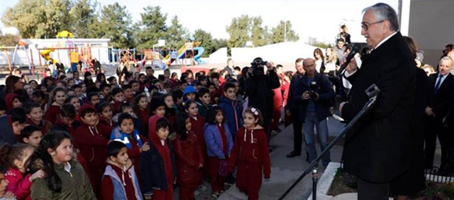 Akıncı, Çatalköy İlkokulu'nda karne dağıtımına katıldı