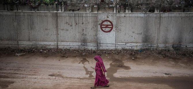 Hindistan'da Trump'ın Ziyareti Öncesi Gecekonduların Önüne Duvar Örüldü