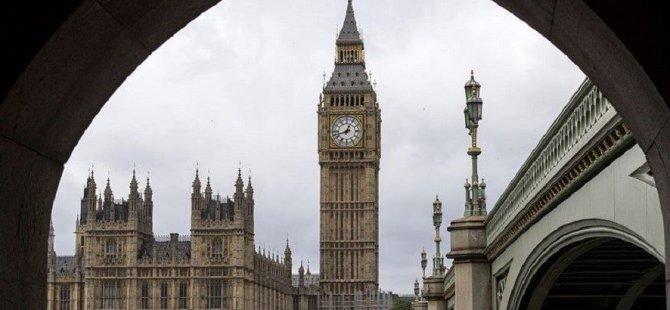 Ölümlerin hızla arttığı İngiltere'de hükümete sert tepkiler