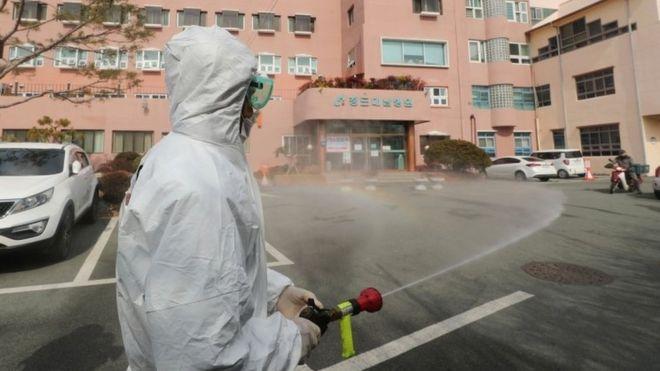 Covid-19: Koronavirüsün yayıldığı Güney Kore'de iki kent 'özel bakım bölgesi' ilan edildi