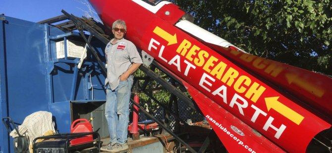 Dünya'nın düz olduğuna inanıyordu: Ev yapımı roketiyle kendini atmosfere fırlatan 64 yaşındaki 'Çılgın' Mike hayatını kaybetti