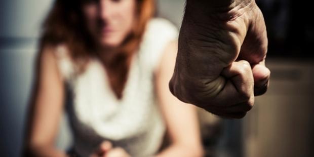 Kadına şiddet: Kız arkadaşının burnunu kırdı