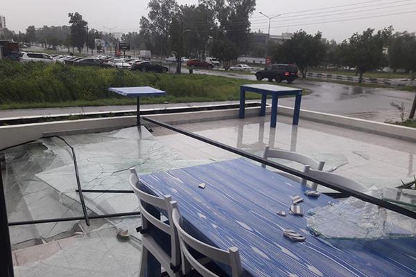 Lefkoşa'da şiddetli fırtına: Hürdeniz'in camları kırıldı